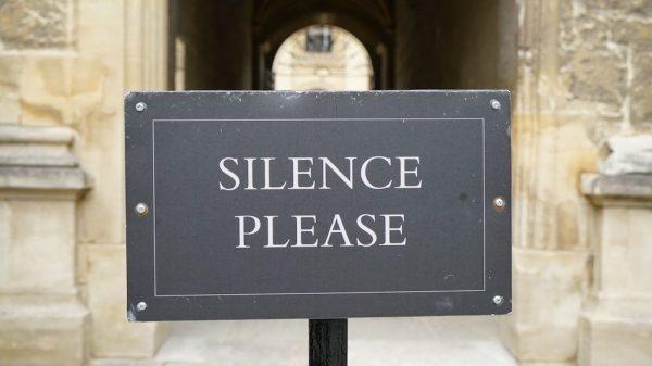 η φωνή του λαού, σιωπά